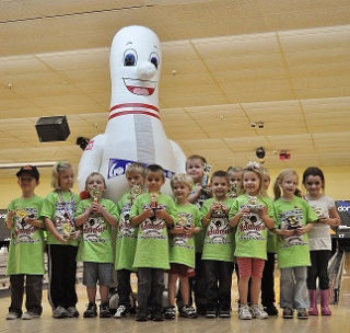 INFLATABLE BOWLING PIN MASCOT AT CHILDREN'S BIRTHDAY PARTY
