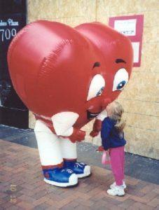 INFLATABLE HEART COSTUME KISSING LITTLE GIRL